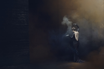 lisa_wittmann_photography_woman_backless_fine_art_black_smoke