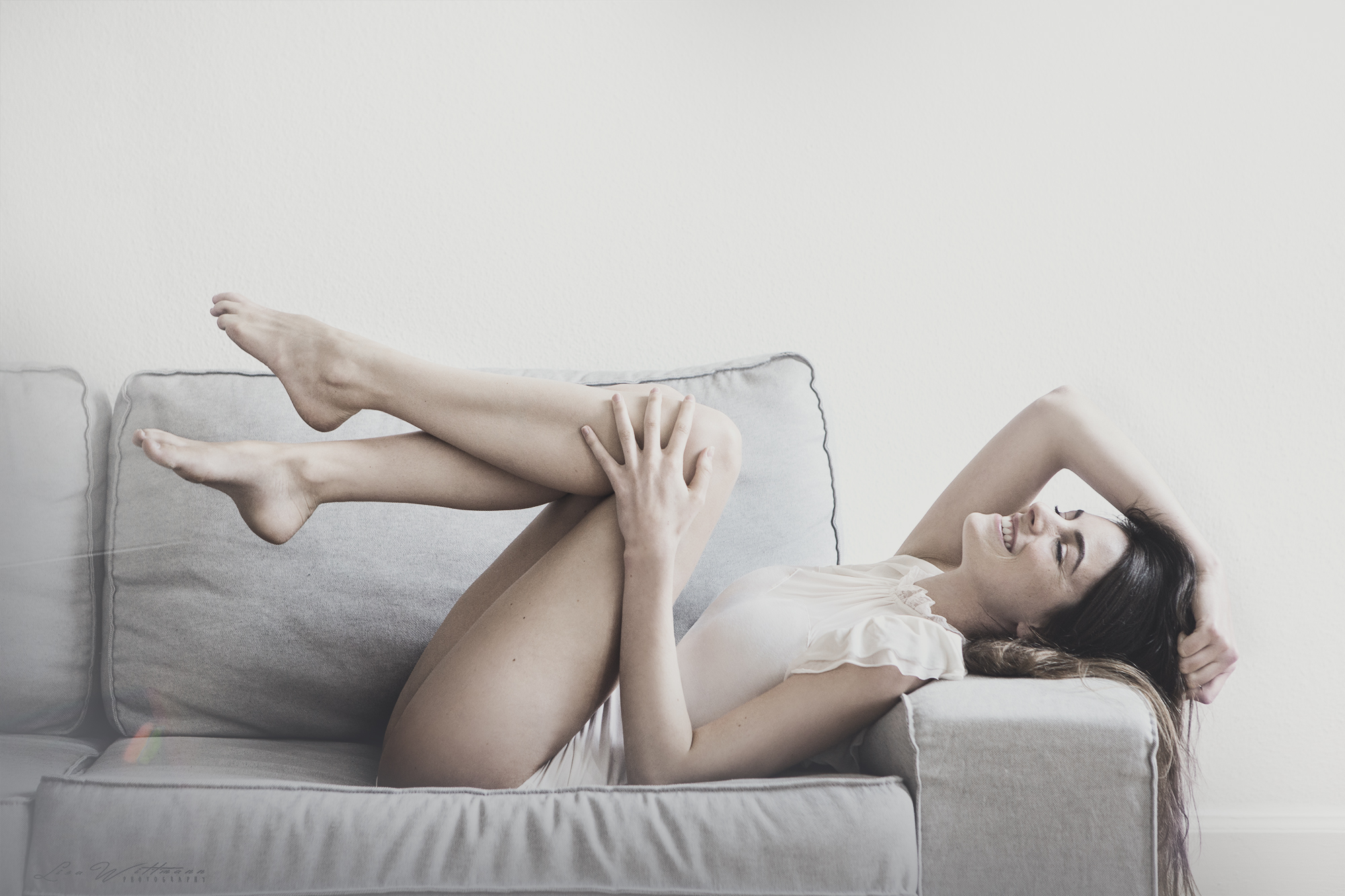 lisa_wittmann_photography_woman_body_bodysuit_laugh_fun_smile_apartment_flat_sofa_couch_sexy_sweet_available_light_canon