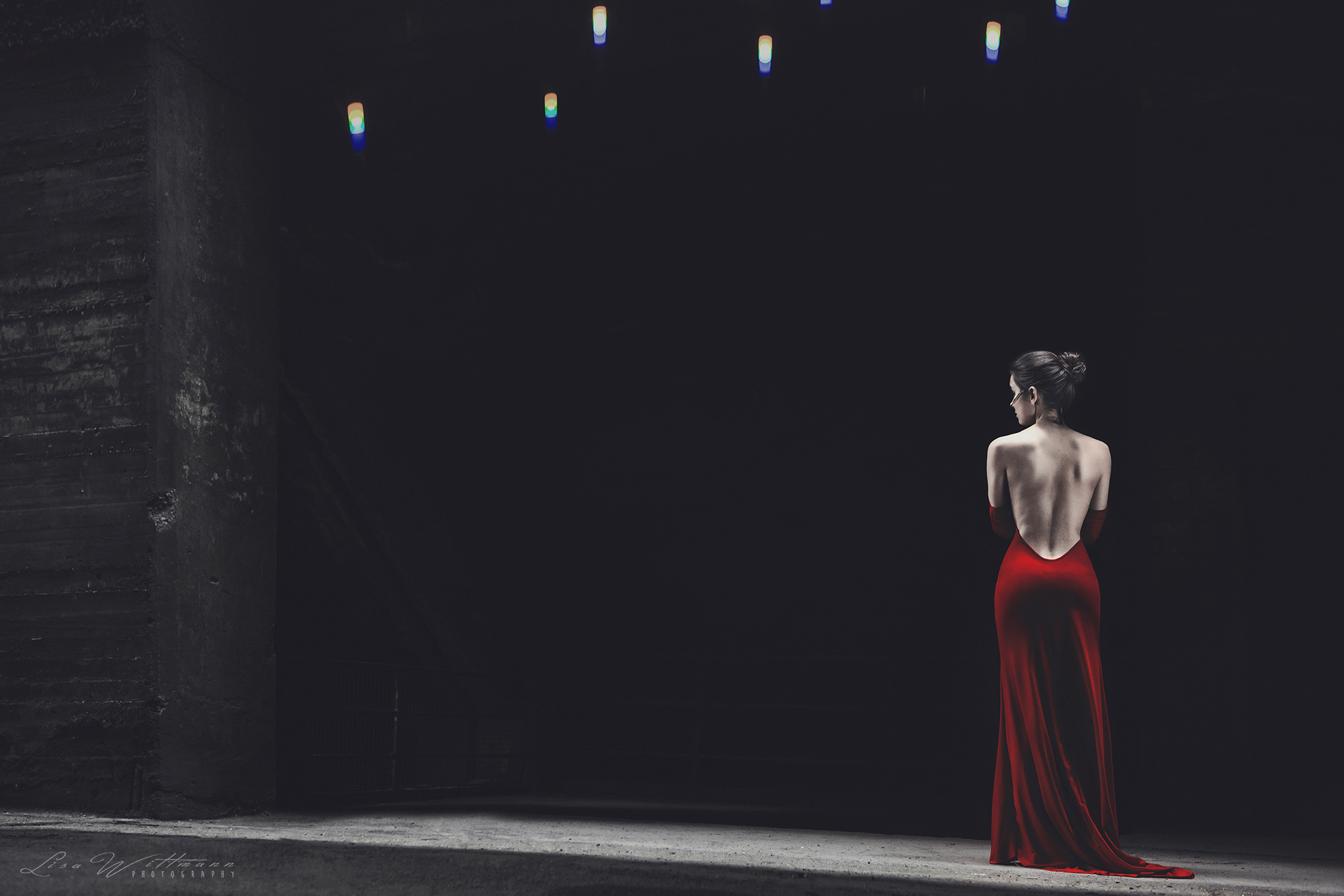 lisa_wittmann_photography_woman_model_backless_fine_art_red (3)