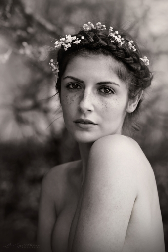 lisa_wittmann_photography_woman_soft_french_beautiful_girl_braids_flower_freckles_nude