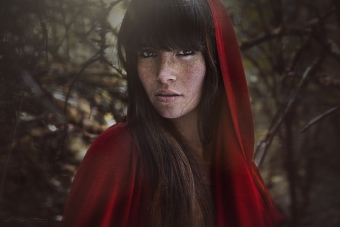 lisa_wittmann_photography_zbig16_gießen_fairytale_face_woman_model_freckles_red_riding_hood_forest_mystical_beautiful_portrait_available_light_canon_brown_eyes_hair_sensual