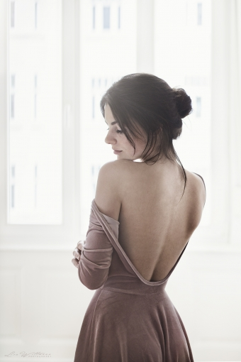 lisa_wittmann_photography_woman_backless_dress_window_laugh_beautiful_freckles_apartment_flat_bun_natural_available_smile2