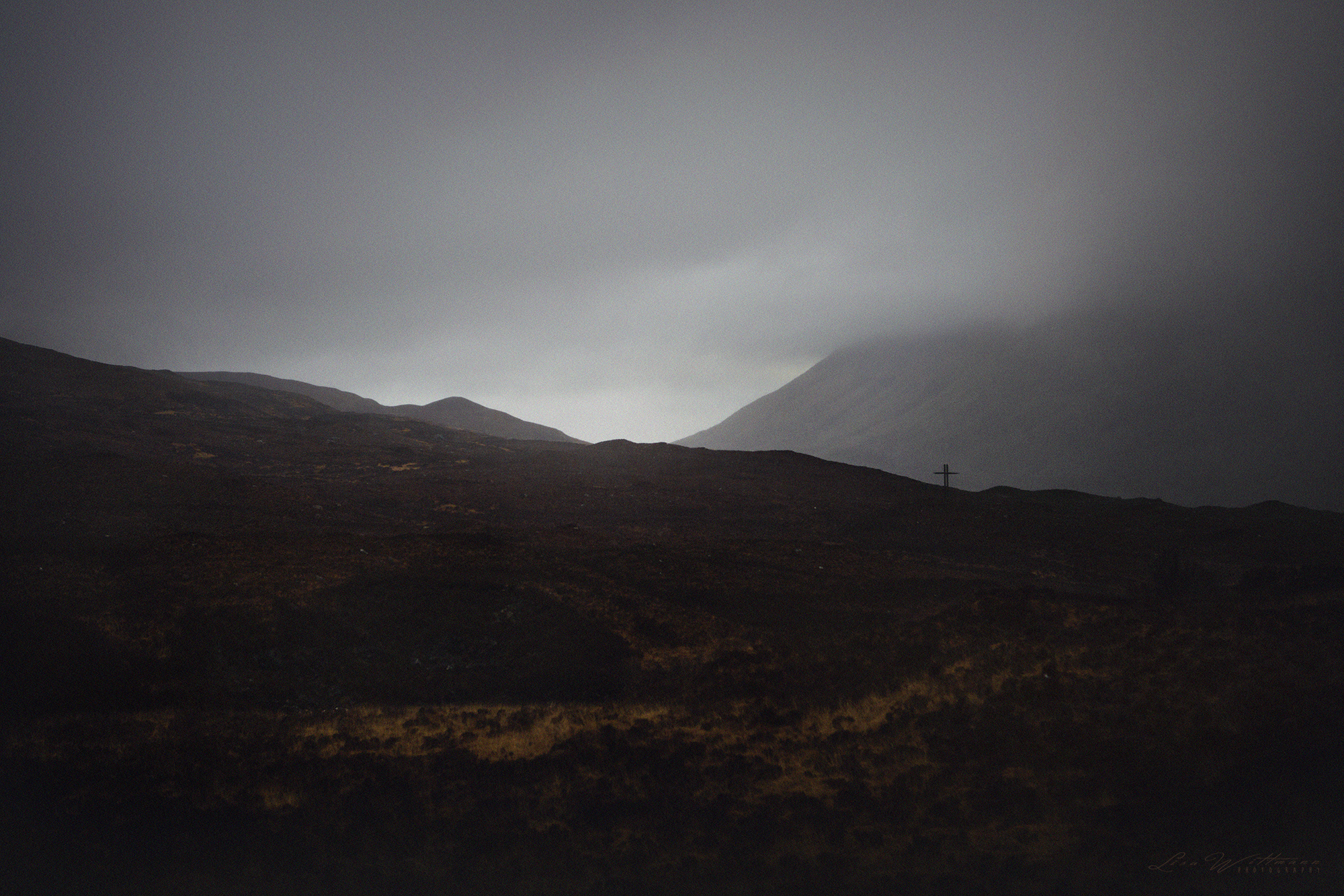 scotland_highlands_lisa_wittmann_photography_mountains_fog_water_beautiful_moody_canon_travel_paradise_fairytale_cold_film_moody