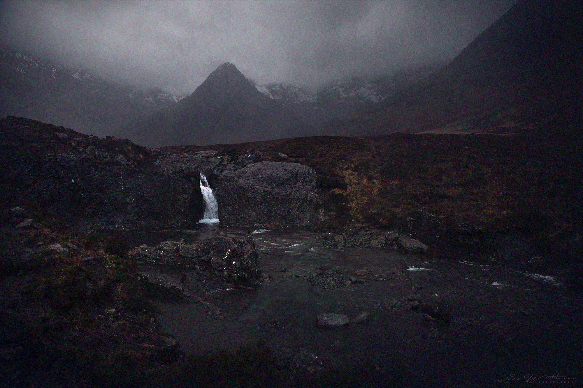 scotland_highlands_lisa_wittmann_photography_mountains_fog_water_beautiful_moody_canon_travel_paradise_fairytale_waterfall