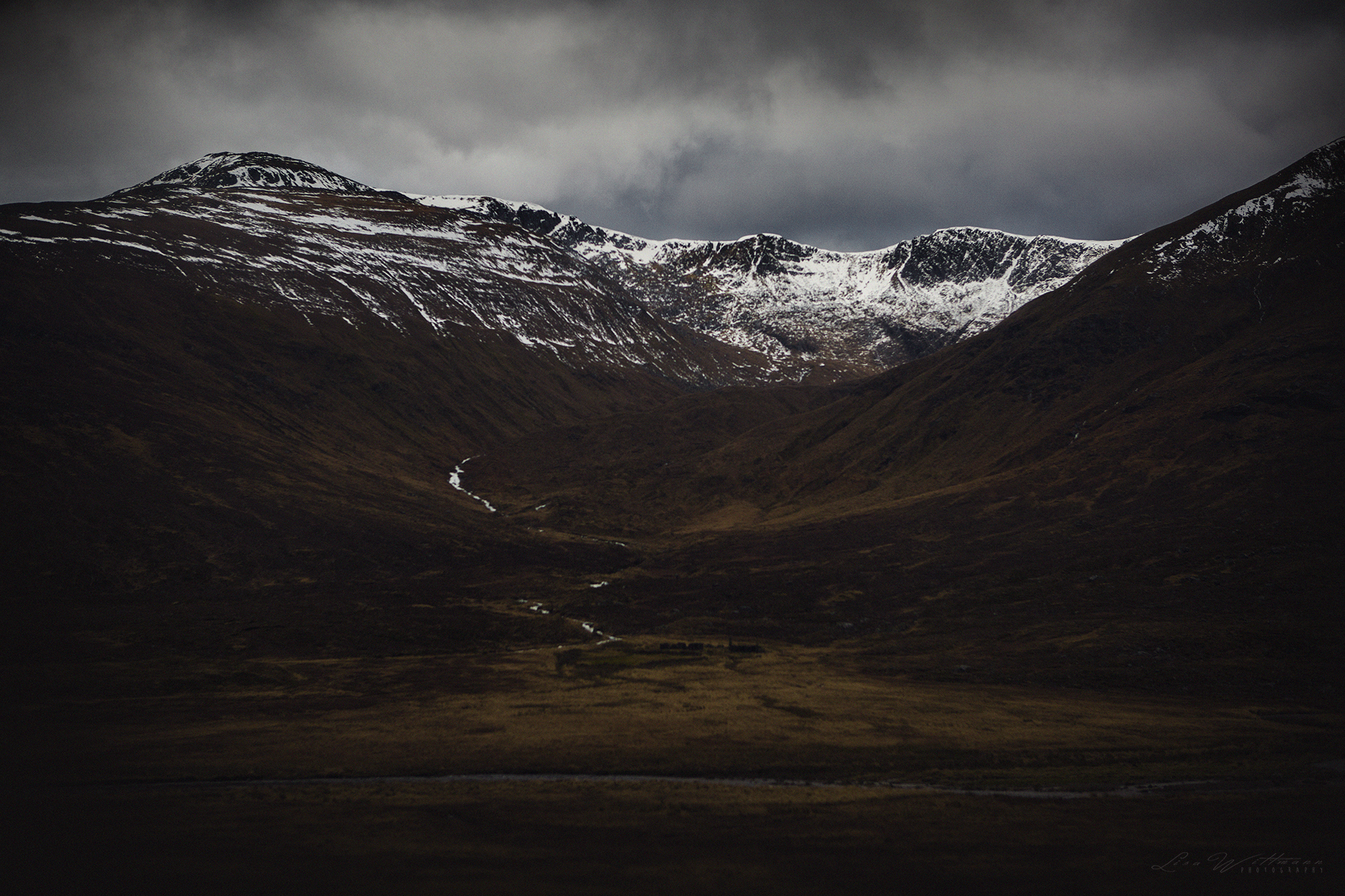 scotland_highlands_lisa_wittmann_photography_mountains_fog_water_beautiful_moody_canon_travel_paradise_fairytale_waterfall_cold_film_snow